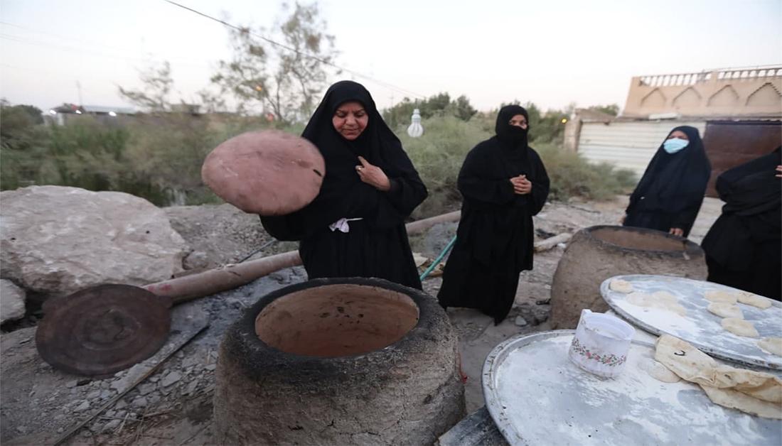 عشرون إمراة يعملن عليهن طوال اليوم  تنوري طين يطعمن المشاية الفي قرص خبز يوميا