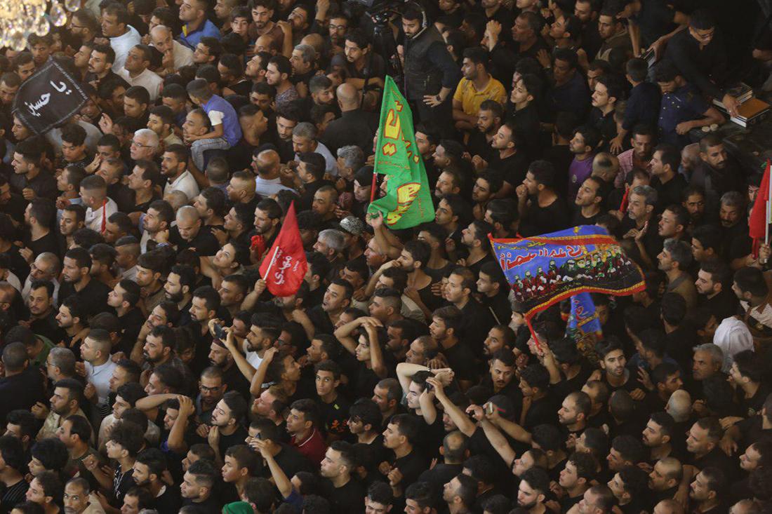 شاهد بالصور .. الالاف يحتشدون في مراسيم استبدال راية قبة الامام الحسين
