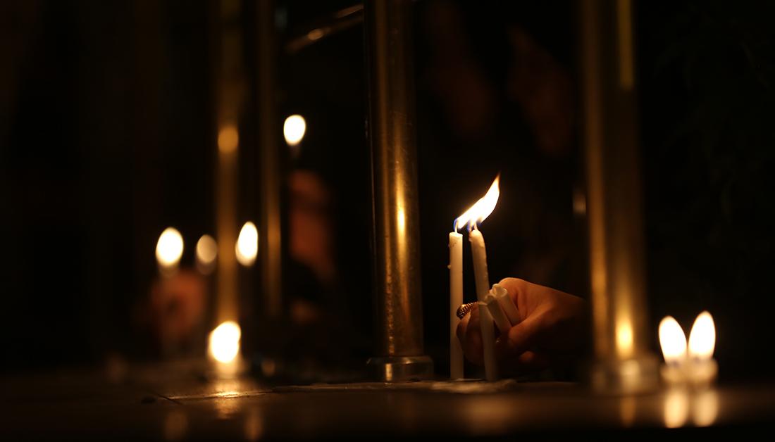 شموع هوت في عاشوراء فيخلد المحبون ذكراها بايقاد الشموع