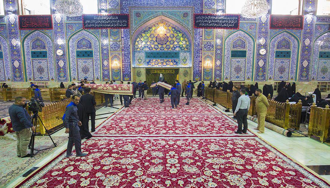 بالصور .. اعمال فرش السجاد الجديد في صحن الامام الحسين
