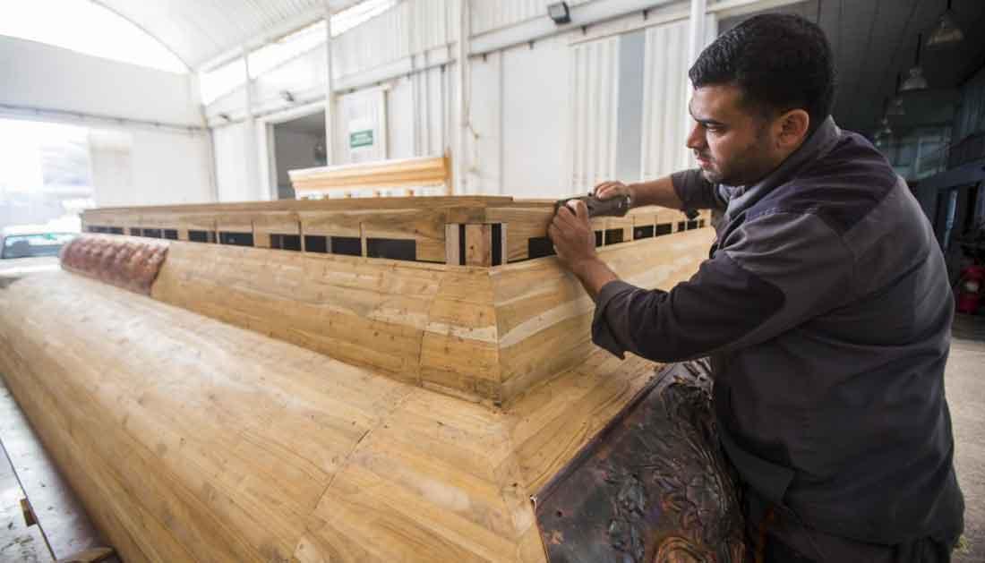 قبل نقله الى سوريا.. تعرف على تفاصيل صناعة اجزاء من شباك ضريح السيدة زينب (ع) في كربلاء